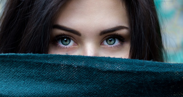 美人が視線恐怖症に!?不特定多数の視線にストレスを抱えるのが原因